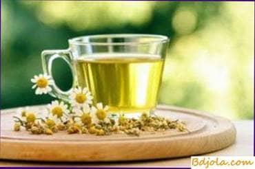 Decocciones e infusiones de hierbas medicinales con miel